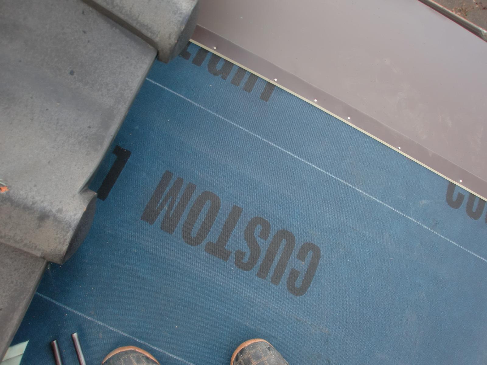 津市で金属屋根の雨漏り修理