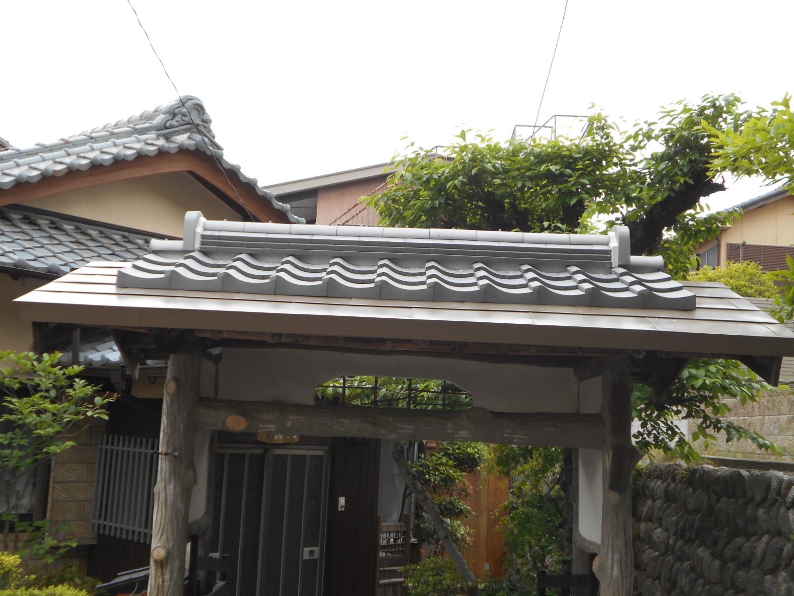津市で雨漏り屋根葺き替え(門)